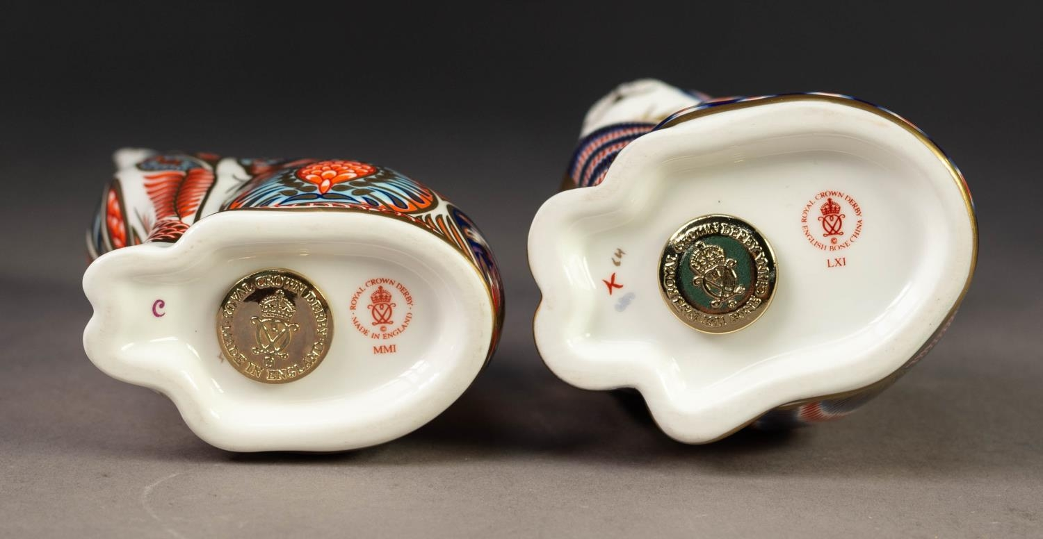TWO MODERN ROYAL CROWN DERBY IMARI CHINA PAPERWEIGHTS OF CATS, both with gilt stoppers, printed - Image 3 of 3