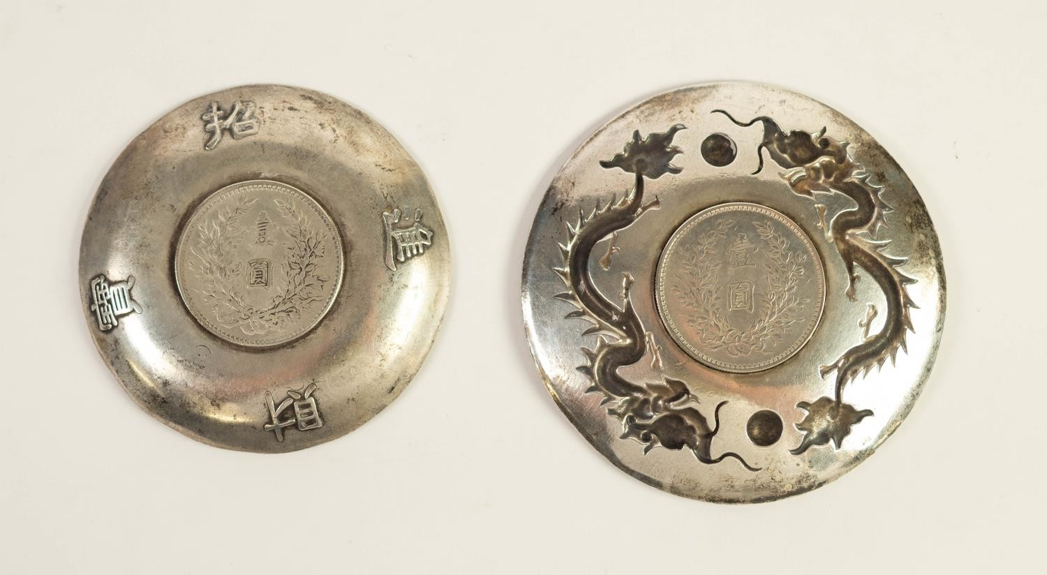 CHINESE CIRCA 1920s CAST WHITE METAL SMALL CIRCULAR DISH, INSET WITH SILVER ONE DOLLAR YUAN SHIH-KAI - Image 2 of 2