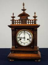 UHRENFABRIK TEUTONIA, EARLY TWENTIETH CENTURY GERMAN WALNUT MANTLE CLOCK, the 5? enamelled Roman