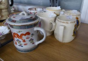 20TH CENTURY CHINESE PORCELAIN DRAGON DECORATED CUP AND COVER AND FOUR COMMEMORATIVE MUGS