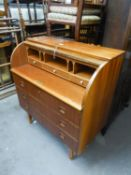 A MID CENTURY TEAK CYLINDER TOP BUREAU/WRITING DESK, THE INTERIOR HAVING THREE SMALL DRAWERS AND