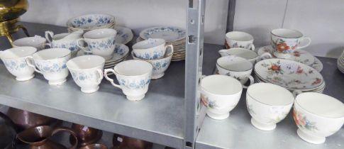 A MODERN COLCLOUGH BONE CHINA 'BRAGANZA' PATTERN TEA SERVICE OF 33 PIECES, ALSO A MODERN WEDGWOOD