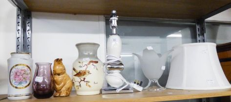 A STYLISH WHITE POTTERY AND MIRROR GLASS TABLE LAMP AND SHADE; THREE VARIOUS SMALL VASES AND A