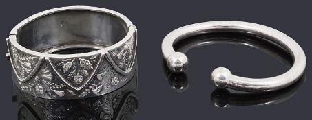 A silver hinged bangle