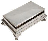 An Edwardian silver table cigarette box