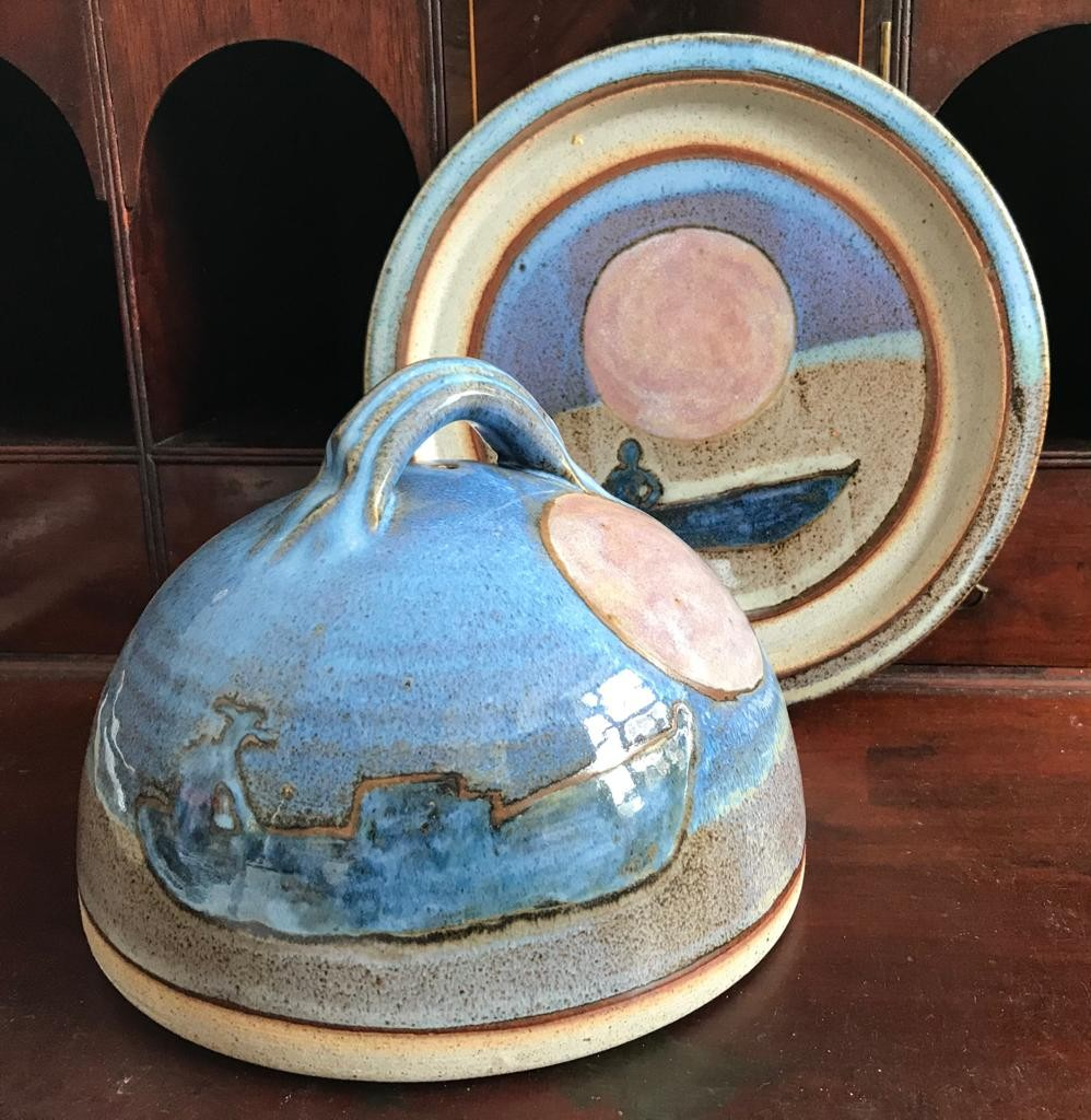 LATE 20th CENTURY(?) STONEWARE CHESSE DISH AND COVER, DISH DIAMETER APPROXIMATELY 23.5cm