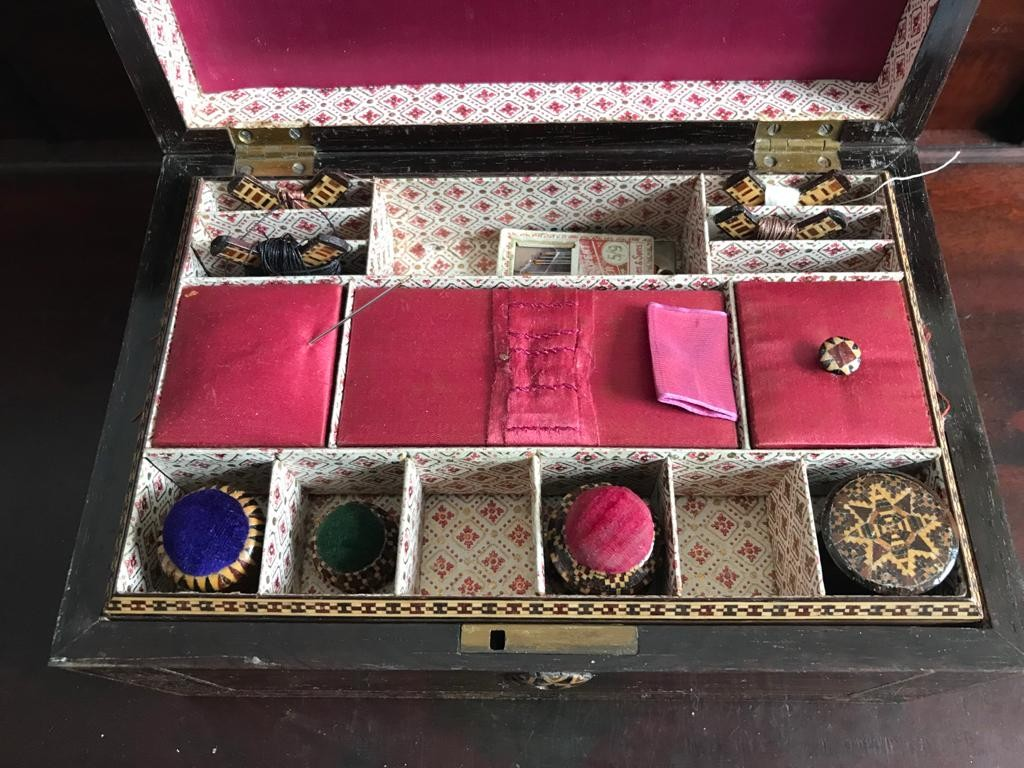 TUNBRIDGE WARE TOPOGRAPHICAL SEWING BOX AND CONTENTS, APPROXIMATELY 23 x 15 x 11cm - Image 2 of 2