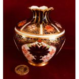 SMALL MID 20th CENTURY ROYAL CROWN DERBY VASE IN THE TYPICAL IMARI PALETTE, APPROXIMATELY 10.5cm