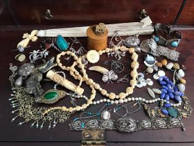 APPROXIMATELY FORTY PIECES OF SUNDRY COSTUME JEWELLERY INCLUDING IVORY STICKS, FAN, MAUCHLINE WARE