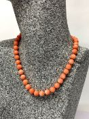 A single strand necklace of 9.5mm coral beads, necklace L. 40cm.