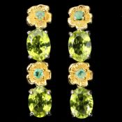 A pair of 925 silver drop earrings set with oval cut peridots and round cut emeralds, L. 3cm.