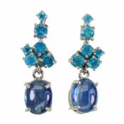A pair of 925 silver drop earrings set with cabochon cut kyanite and blue apatites, L. 2.7cm.