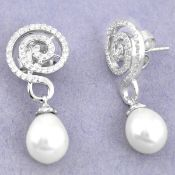 A pair of 925 silver pearl and white stone set drop earrings, L. 3cm.