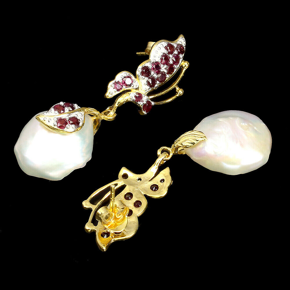 A pair of 925 silver butterfly shaped drop earrings set with garnets and baroque pearls, L. 4.5cm. - Image 2 of 2