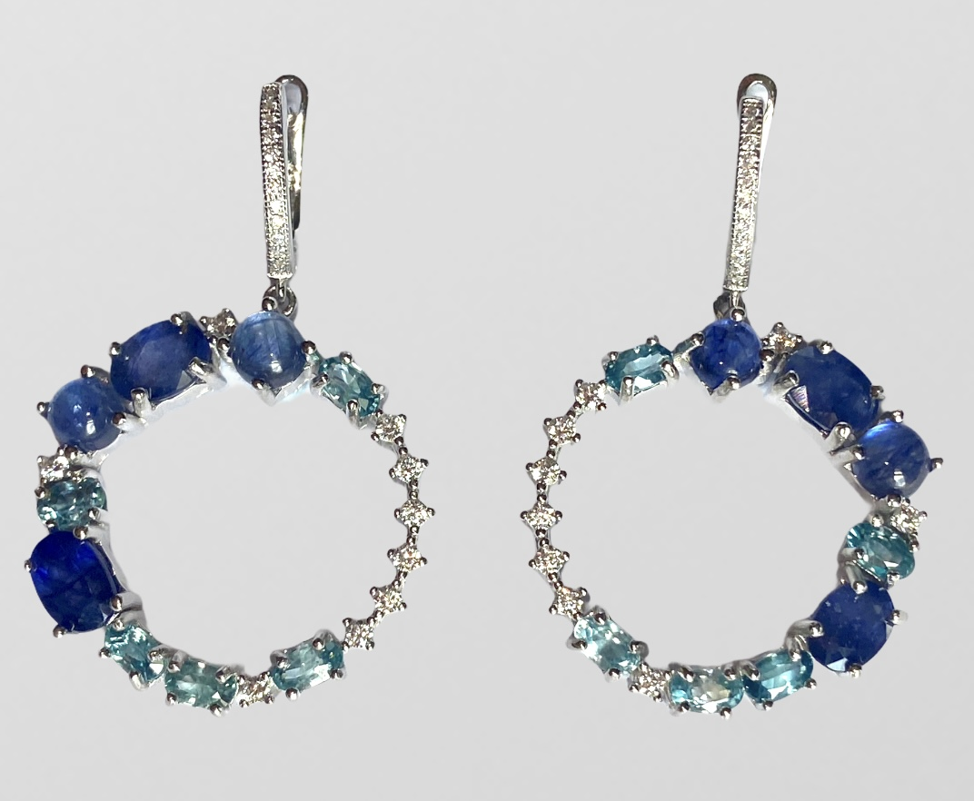 A pair of 925 silver drop earrings set with sapphires, blue topaz and white stones, L. 4cm.