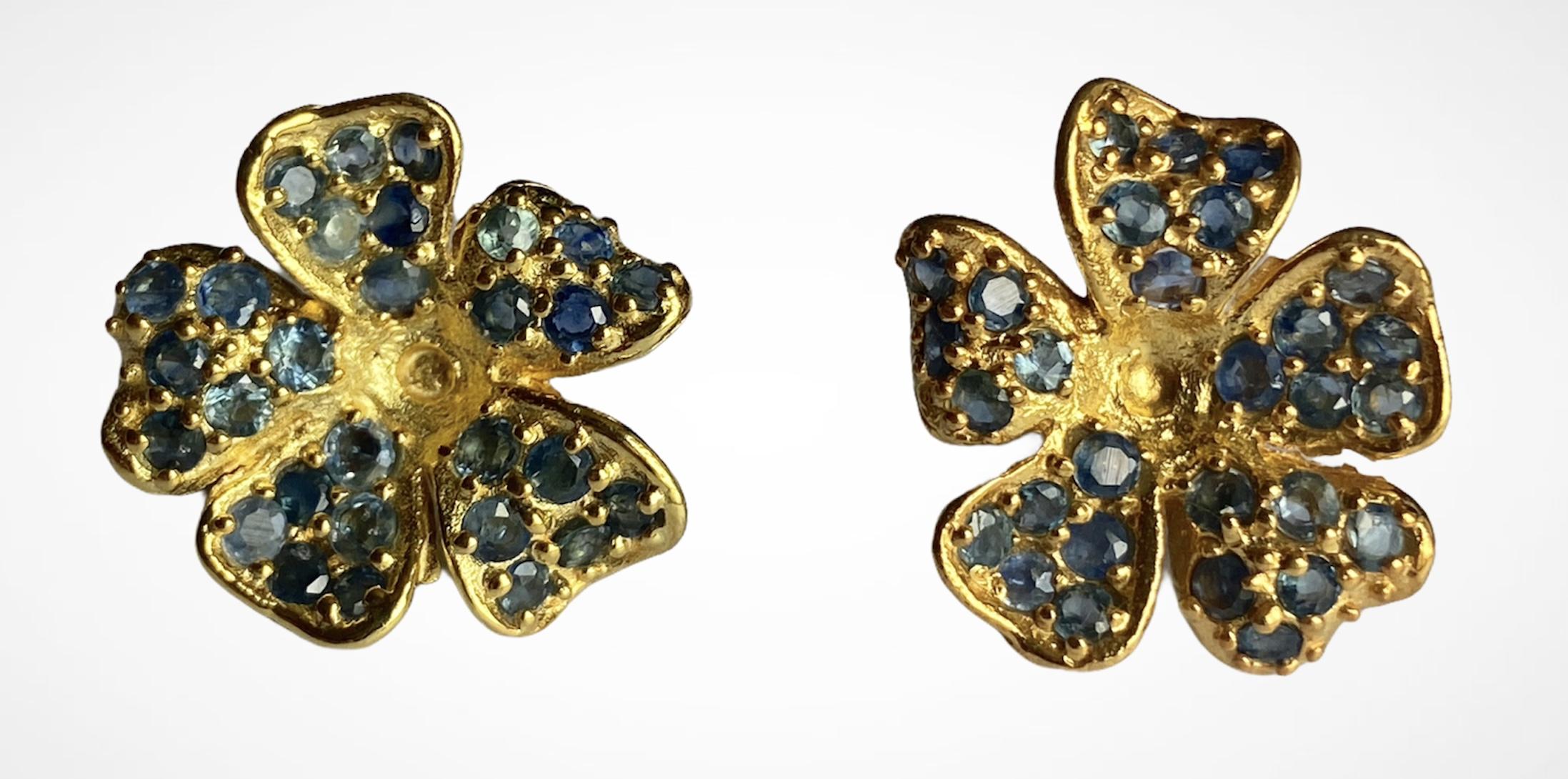 A pair of 925 silver gilt sapphire set flower shaped earrings, Dia. 2.1cm.