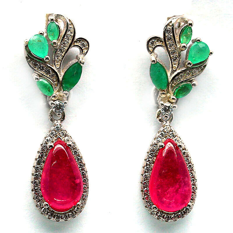 A pair of 925 silver drop earrings set wieht emeralds and cabochon cut rubies, L. 3.3cm.