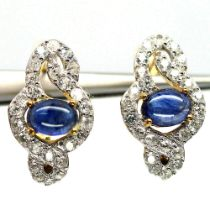 A pair of 925 silver gilt earrings set with cabochon cut sapphires and white stones, L. 2cm.
