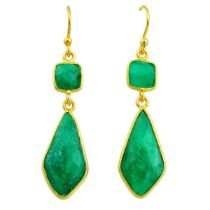 A pair of 925 silver gilt drop earrings set with faceted emeralds, L. 4.5cm.