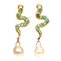 A pair of 925 silver gilt drop earrings set with oval cut emeralds and baroque pearls, L. 6.5cm.