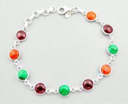 A 925 silver bracelet set with malaquite, sunstone and garnets, L. 18cm.
