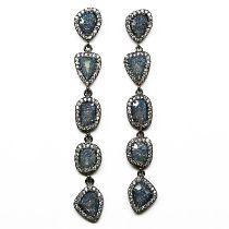 A pair of 925 silver stone set drop earrings, L. 6cm.