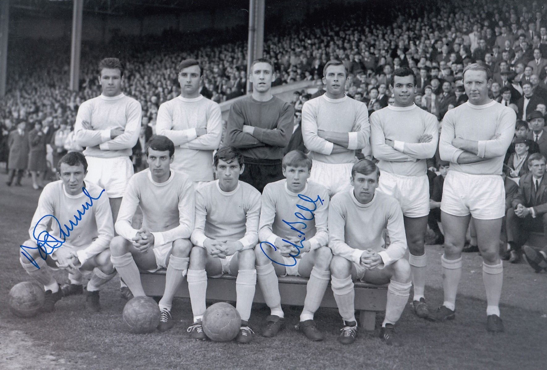 Autographed MAN CITY 12 x 8 photo - B/W, depicting players posing for a team group prior to a 2-1