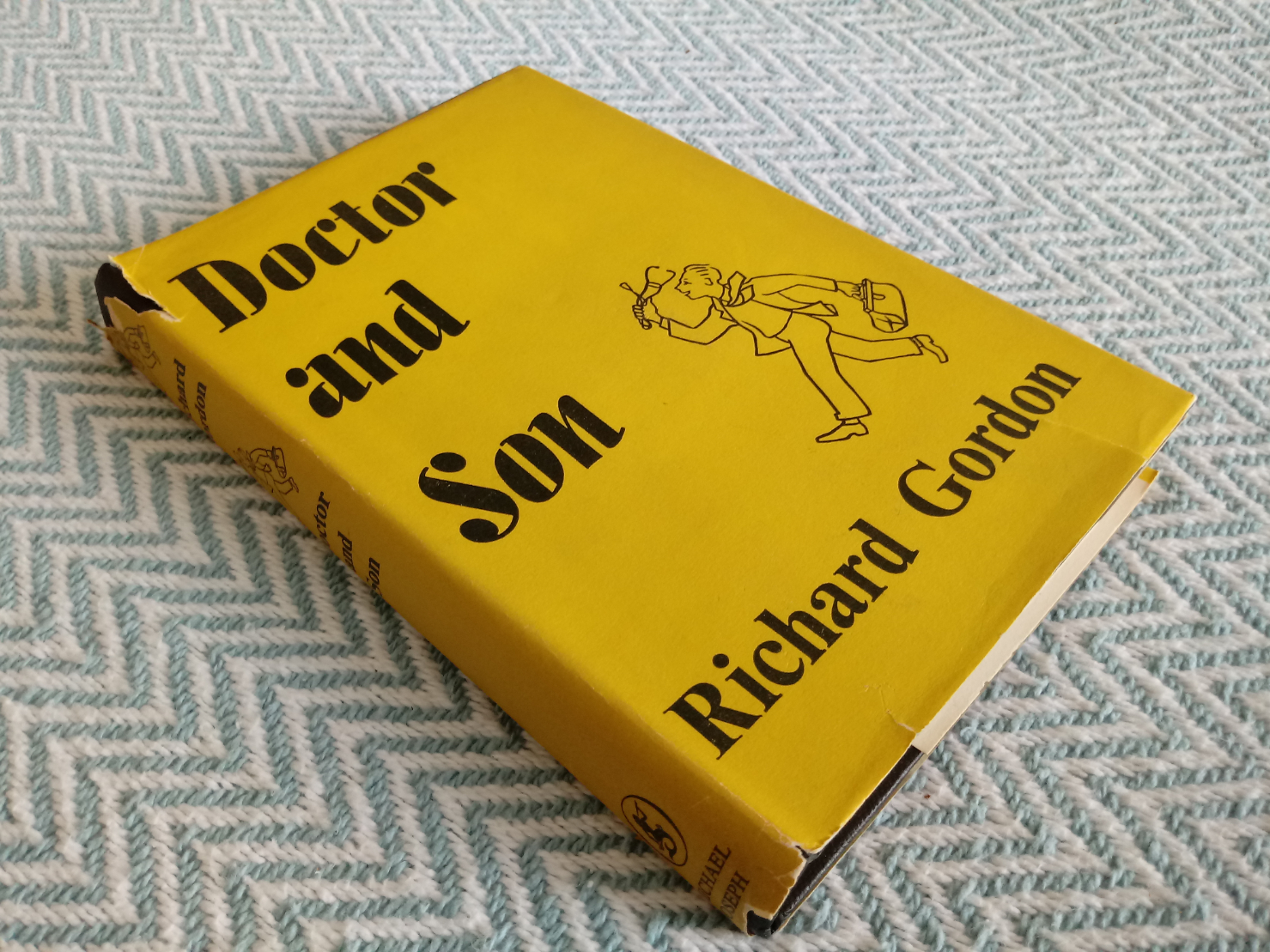 5 x Richard Gordon hardback books Doctor At Sea 219 pages published 1954 in good condition has dings