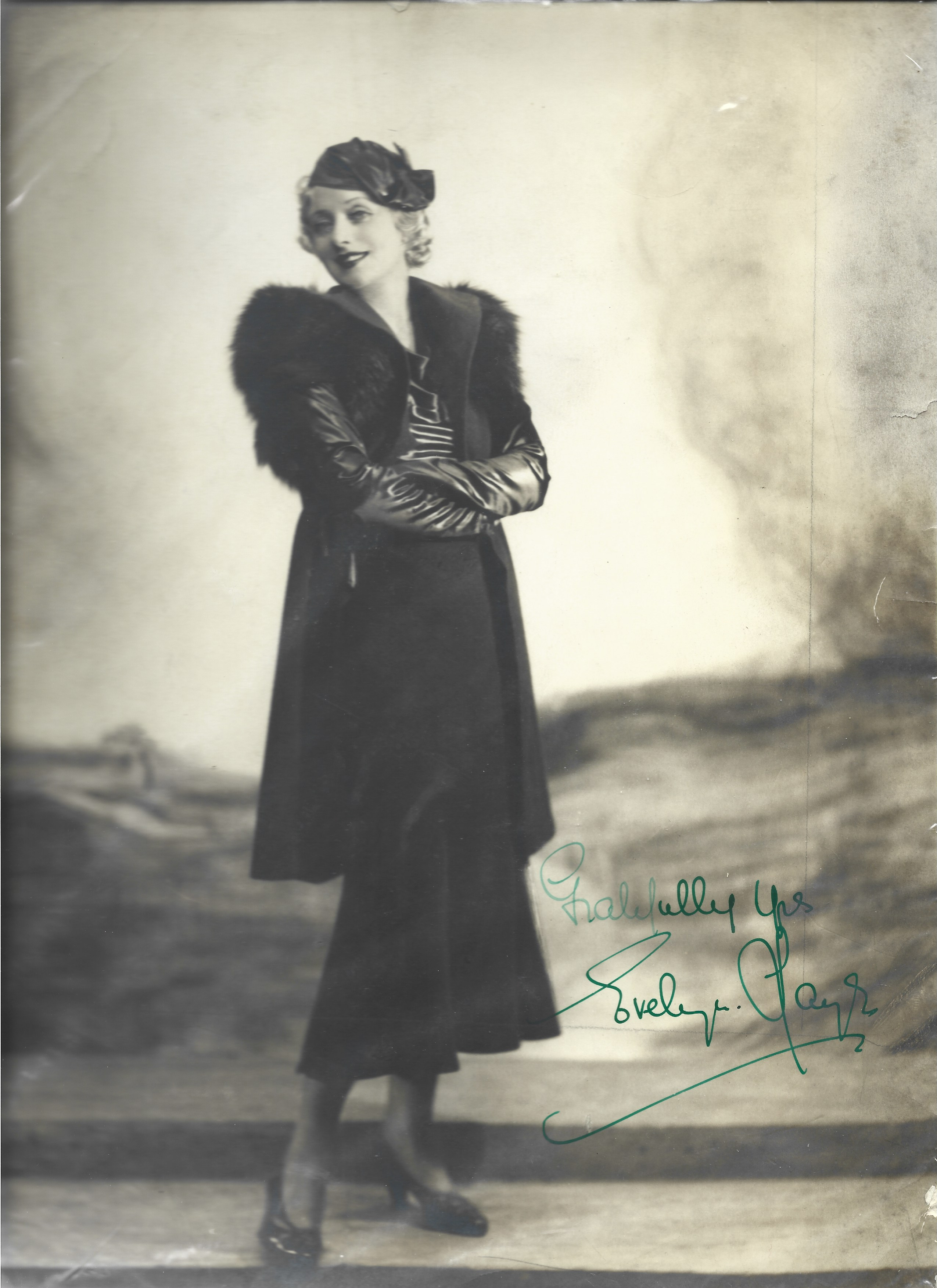 Evelyn Laye signed 12x8 black and white vintage photograph. Laye was an English actress who was