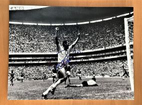 Football, Carlos Alberto Torres signed 16x12 black and white photograph pictured during the 1970