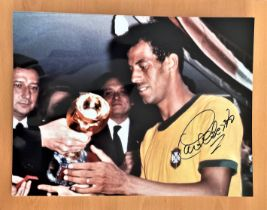 Football, Carlos Alberto Torres signed 16x12 colour photograph pictured as he receives the 1970