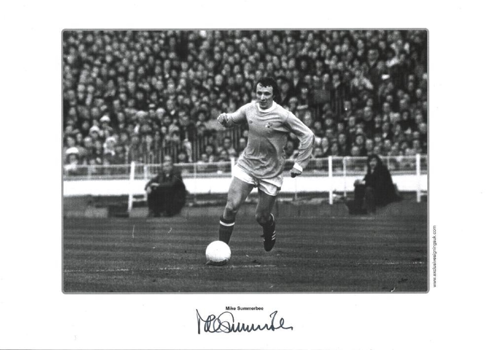 Football Mike Summerbee signed 16x12 black and white print pictured in action for Manchester City.