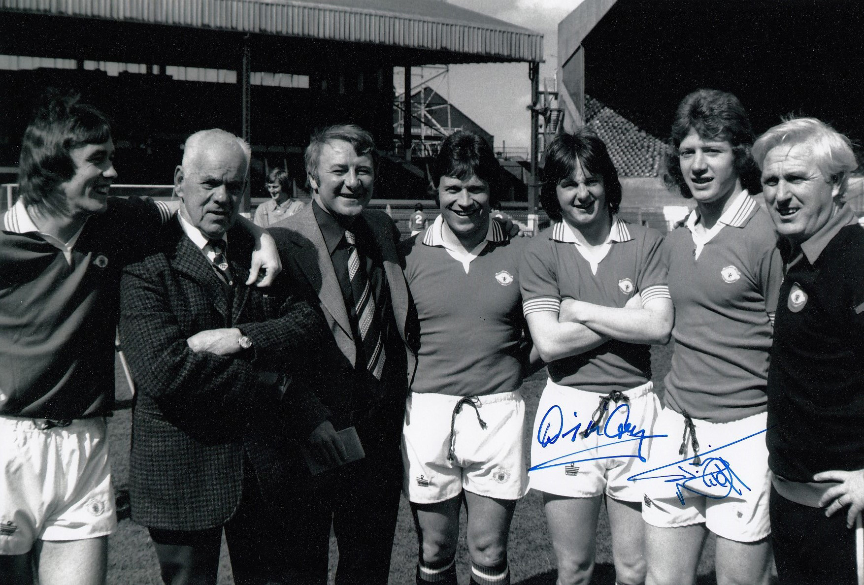 Autographed Man United 12 X 8 Photo B W, Depicting United´S Northern Ireland Contingent Consisting