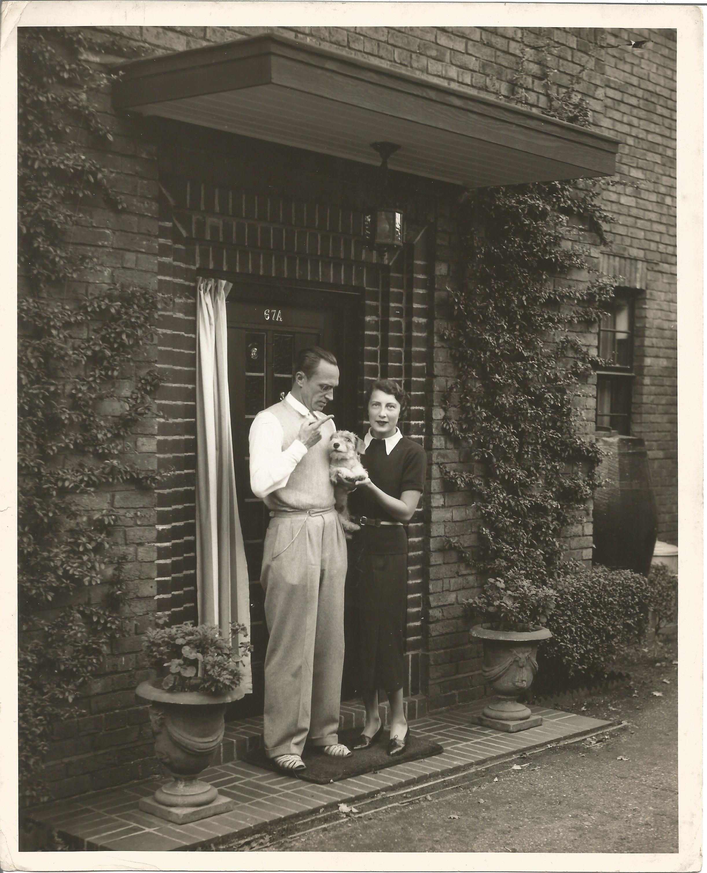 Actor Conrad Veidt vintage candid signed 10x8 black and white photo at home with his wife and dog, - Image 2 of 3