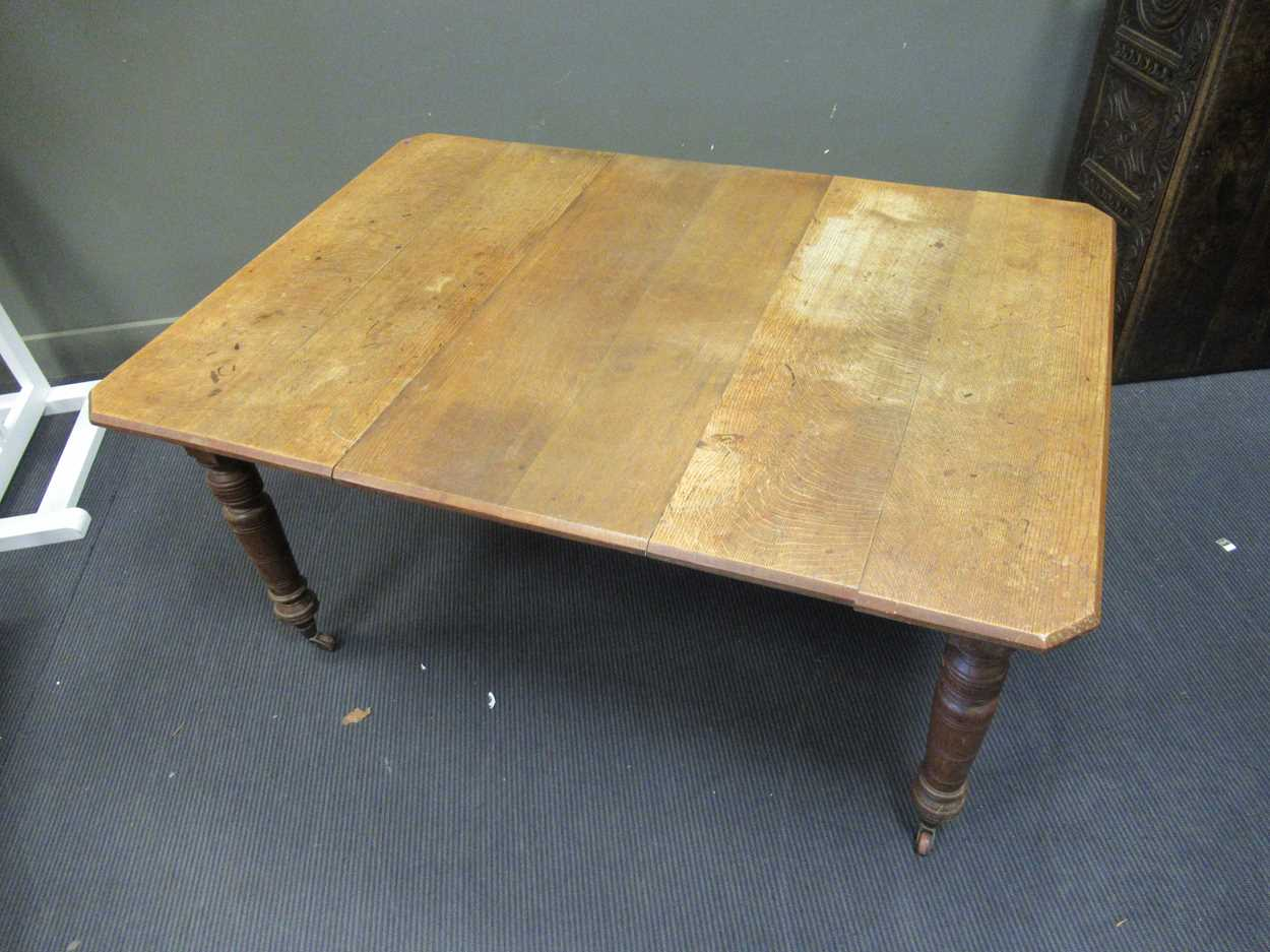 An Victorian oak extending dining table 72 x 147 x 104cm - Image 4 of 5