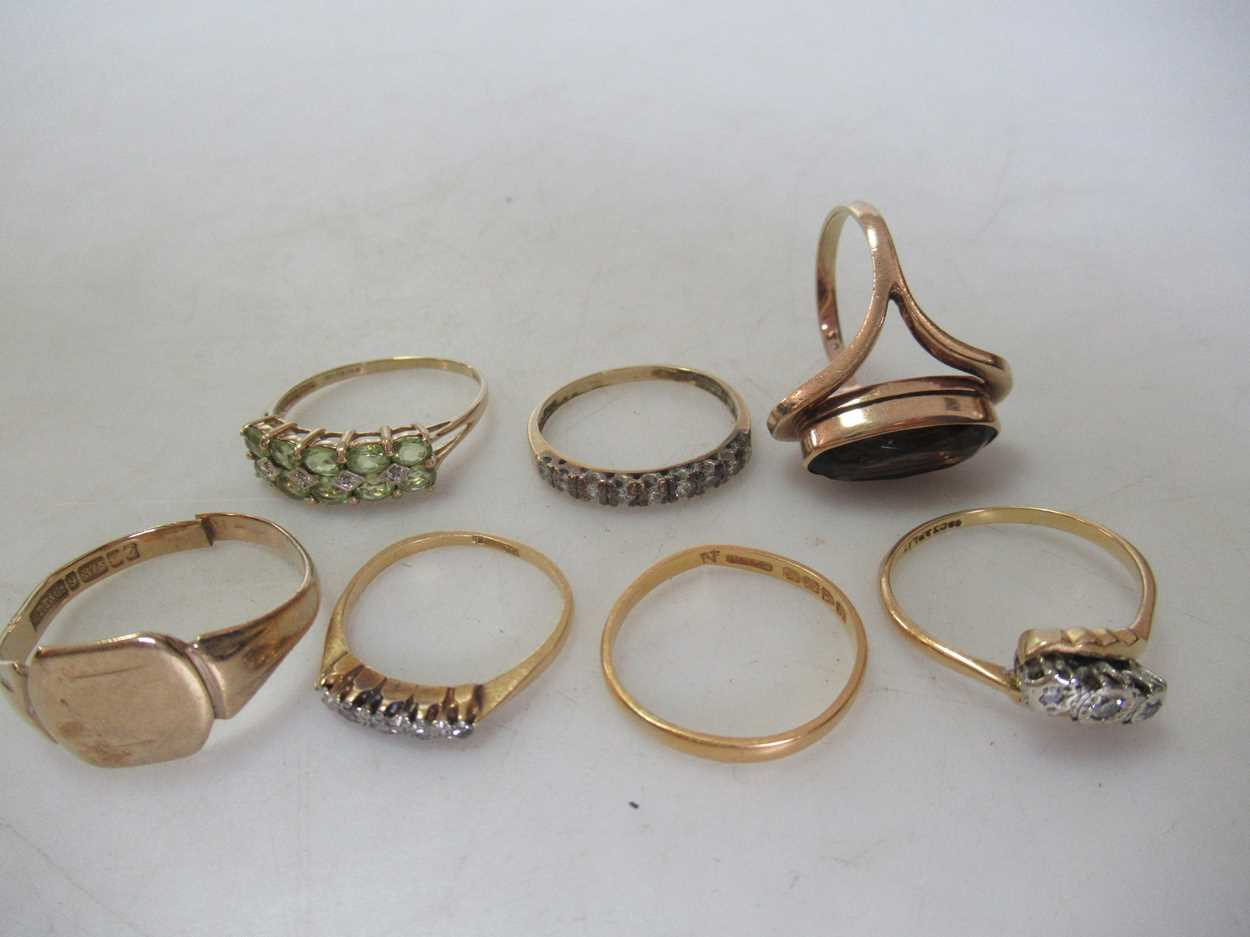 A group of gold jewellery, including a hallmarked 9ct gold chain, a hallmarked signet ring, a - Image 2 of 2