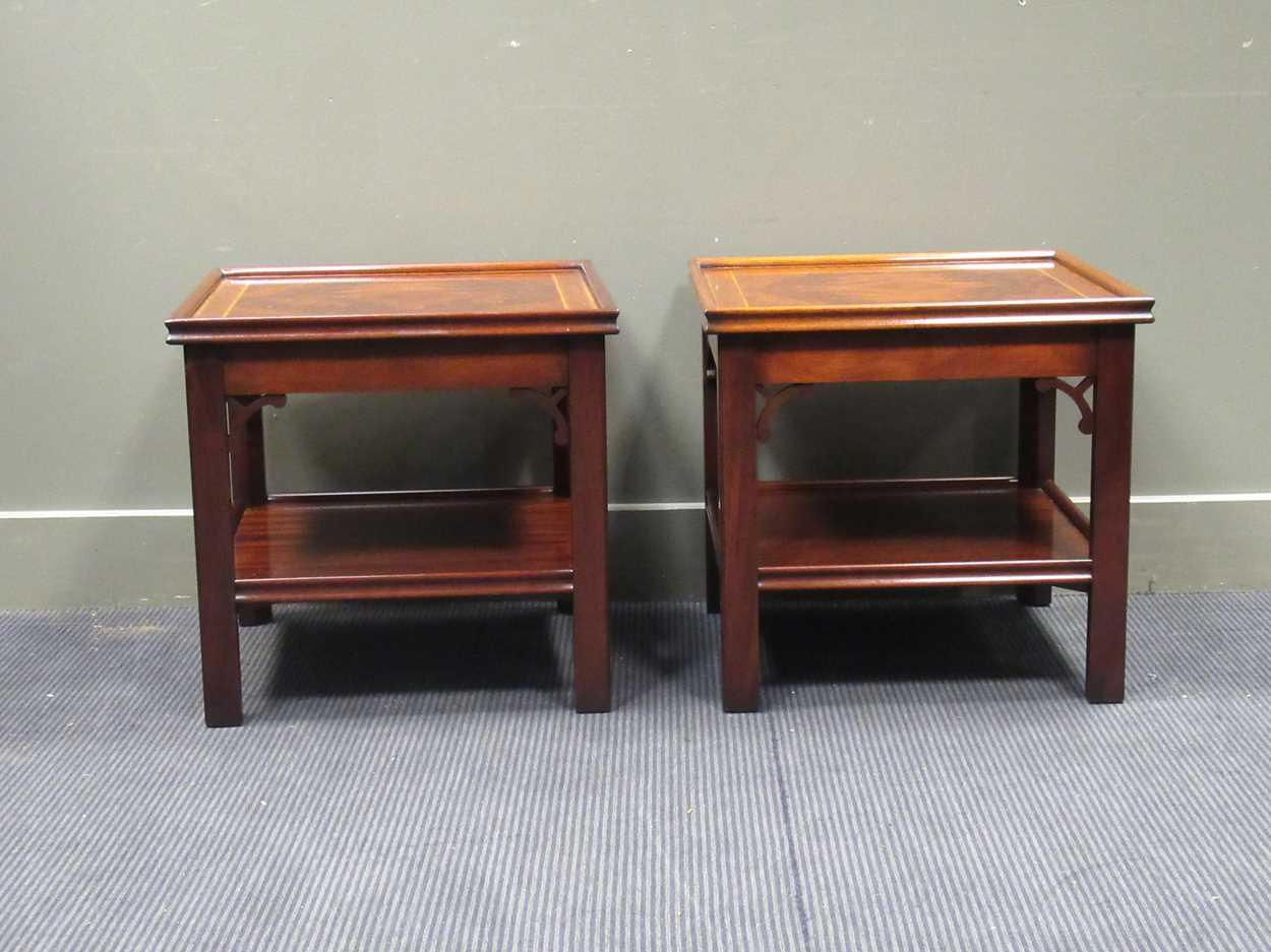 """A Pair of """"Charels Barr"""" Georgian style crossbanded flame mahogany lamp tables with undershelf and - Image 4 of 5"""