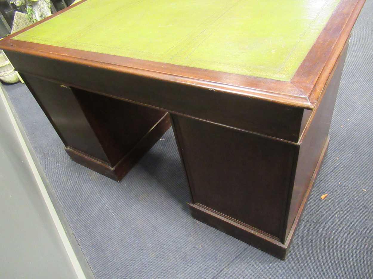 A Georgian style pedestal desk comprising of nine drawers on plinth base 78 x 137 x 69cm - Image 4 of 8