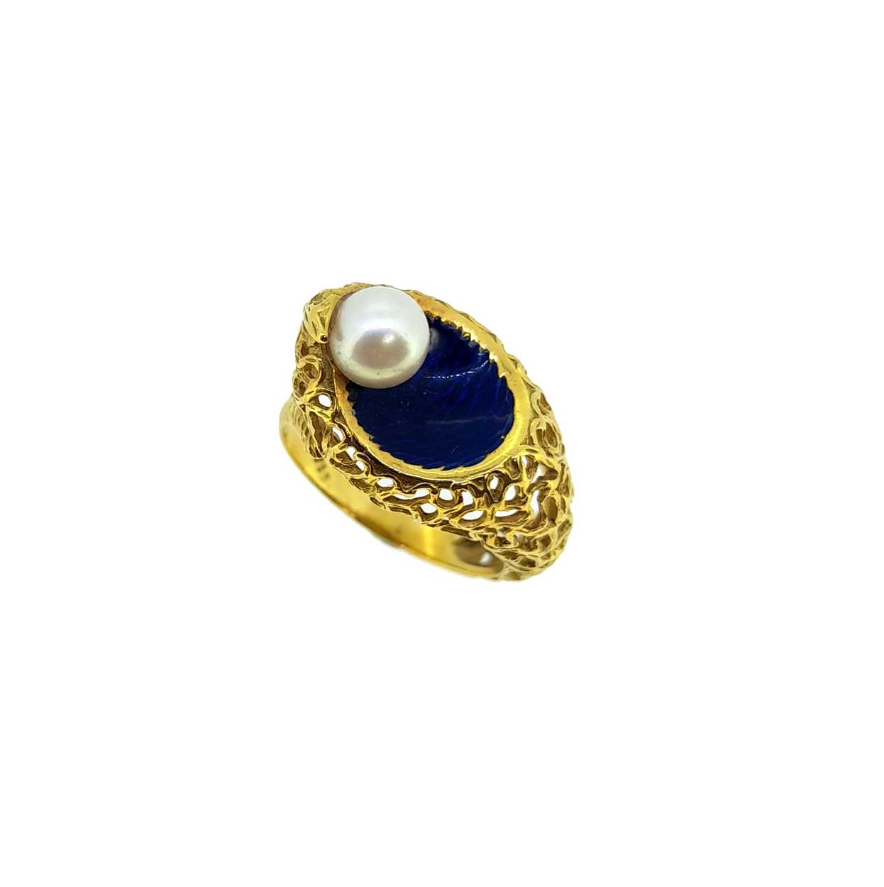A modern enamel and pearl ring, set with a 6.2mm cultured pearl to one side, size O, unhallmarked,