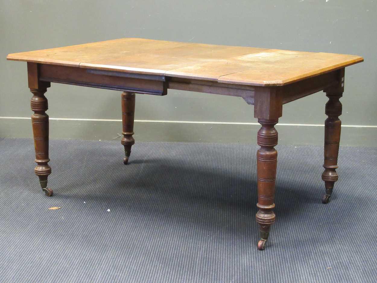 An Victorian oak extending dining table 72 x 147 x 104cm