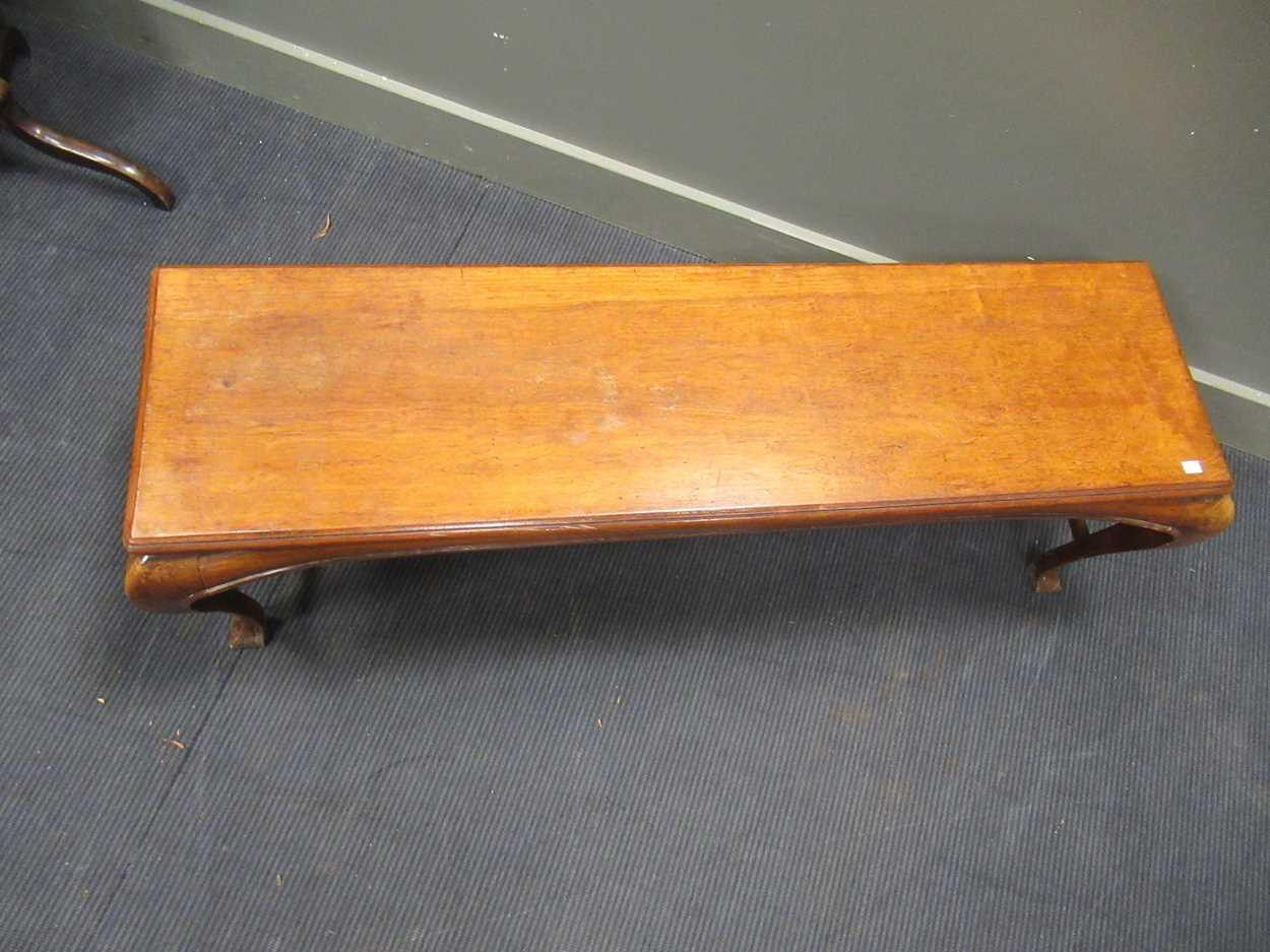 A Chinese style rectangular hall bench on four cabriole legs terminating in pointed pad feet 47 x - Image 2 of 4