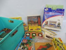 A small quantity of TV related Thunderbirds Mail Away figures and an alarm clock.