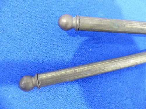 A pair of vintage brass hinged swing-arm Curtain Rods, 16in (40.5cm) long (2) - Image 3 of 3