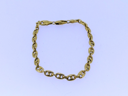A 18ct yellow gold Bracelet, with figure of eight shaped links, approx total weight 11g.
