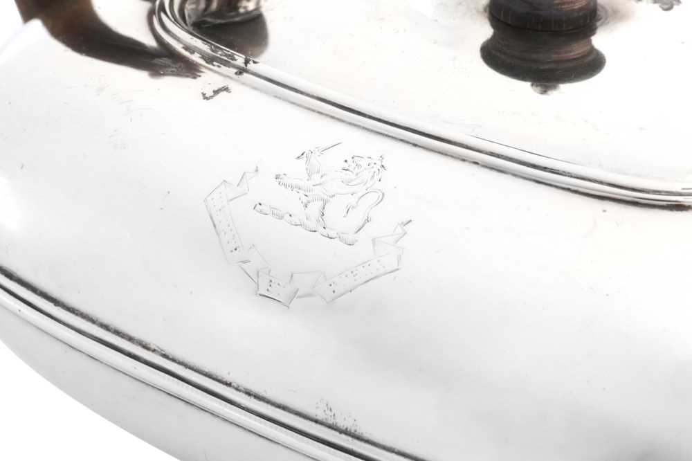 A mid- 19th century Dutch silver bachelor teapot, Amsterdam 1842 by Theodorous Gerardus Bentveld (17 - Image 3 of 4