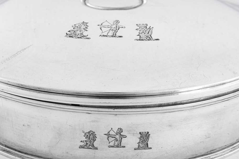 An unusual George IV sterling silver breakfast dish / plate warmer, London 1824 by Richard Sibley (t - Image 4 of 6