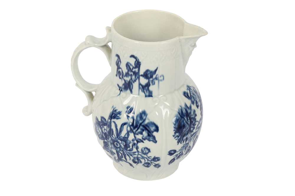A WORCESTER PORCELAIN BLUE AND WHITE JUG,18TH CENTURY