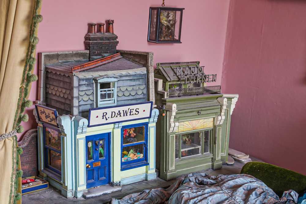 MODELS: A SCRATCH BUILT MODEL OF A FLORIST'S SHOP, 20TH CENTURY - Image 2 of 6
