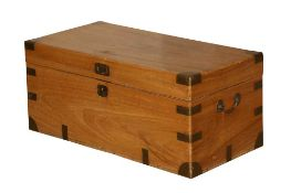 AN ANGLO INDIAN BRASS BOUND CAMPHORWOOD CAMPAIGN TRUNK, 20TH CENTURY