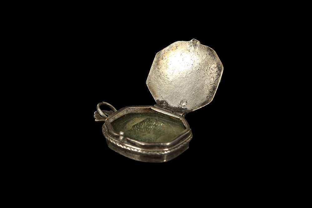 AN 18TH CENTURY SPANISH SILVER SACRED HEART RELIQUARY LOCKET - Image 3 of 5